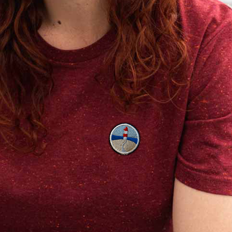 2021-06-09-T-Shirt-Burgundi-Leuchtturm-Nahansicht.jpg